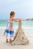 有沙子城堡的小女孩 免版税图库摄影