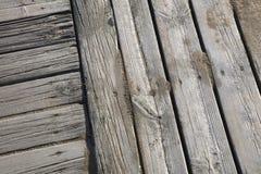 有沙子海滩的木木板走道 免版税图库摄影
