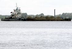 有沙子的一艘大驳船在应付的河 免版税库存图片