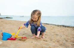 有沙子的女孩 免版税库存图片