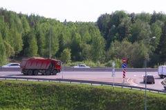 有沙子的红色卡车在路去 免版税库存照片