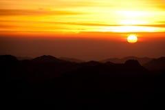 有沙子的西奈沙漠和太阳在与山a的12月上升 免版税库存图片