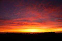 有沙子的西奈沙漠和太阳在与山a的12月上升 库存照片