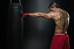 有沙袋的拳击手在行动 库存图片