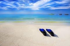 有沙滩和潜航的设备的热带海岛 免版税库存照片
