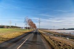 有沥青表面的路在乡下 免版税库存图片