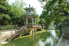 有河前景的中国塔亭子 免版税库存图片