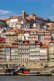 有河和小船的,葡萄牙老镇波尔图 库存照片
