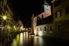 有河和渠道的法国市 免版税图库摄影