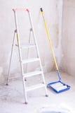 有油漆、刷子路辗油漆盘子和梯子的蓝色桶 免版税库存图片
