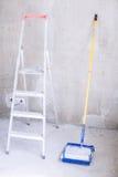 有油漆、刷子路辗油漆盘子和梯子的蓝色桶 免版税库存照片