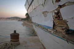 有油漆削皮的生锈的老小船 免版税库存图片