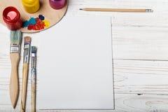 有油漆和刷子管的木艺术调色板  艺术和工艺工具 艺术家` s刷子,帆布,调色刀 tex的空间 免版税库存照片