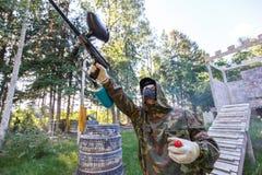 有油漆手榴弹射击的男孩从迷彩漆弹运动标志 库存照片