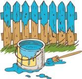 有油漆油漆刷和锡罐的蓝色木篱芭  免版税库存图片