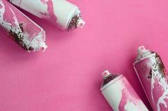 有油漆滴水的一些使用的桃红色烟雾剂喷射罐头在软和毛茸的浅粉红色的羊毛织品毯子说谎  经典女性de 库存图片