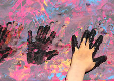有油漆的三个婴孩手 免版税库存图片