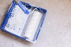 有油漆的蓝色桶和刷子路辗绘盘子 免版税图库摄影