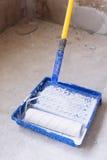 有油漆的蓝色桶和刷子路辗绘盘子 图库摄影