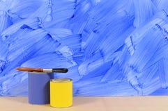 有油漆罐子的被绘的蓝色墙壁 库存照片