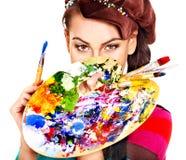 有油漆调色板的艺术家妇女。 免版税库存图片