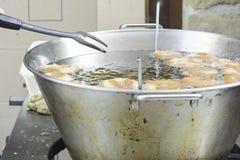 有油炸圈饼的煎锅 库存照片