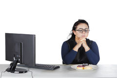 有油炸圈饼的肥胖女性在演播室 免版税库存照片