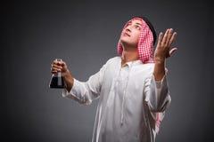 有油的阿拉伯人在灰色背景 库存照片