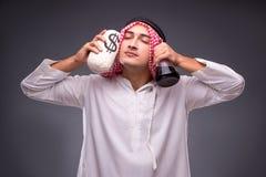 有油的阿拉伯人在灰色背景 免版税库存图片