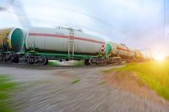 有油箱移动的火车 燃料的运输在铁路的 背景迷离弄脏了抓住飞碟跳的行动 库存照片
