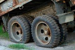有泄了气的轮胎的生锈的老卡车 库存照片