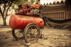 有泄了气的轮胎的空气压缩机 免版税图库摄影
