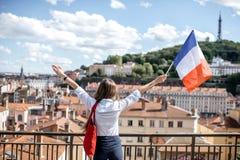 有法国旗子的妇女在利昂 免版税库存图片