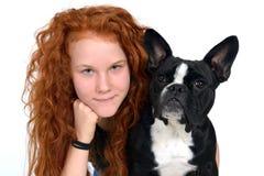 有法国牛头犬的女孩 免版税图库摄影