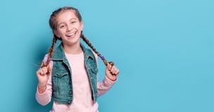 有法国辫子的年轻十几岁的女孩 免版税库存图片