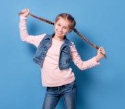 有法国辫子的年轻十几岁的女孩 免版税库存照片