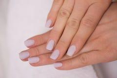 有法式修剪的妇女手指 免版税库存图片