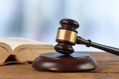 有法律书籍的法官锤子 免版税库存照片