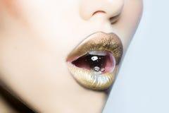 有泡影的女性嘴唇 免版税库存图片