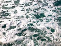 有泡沫波浪的海 库存图片