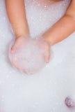 有泡沫的婴孩手 免版税库存照片