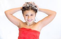 女孩洗涤她的头 免版税库存图片