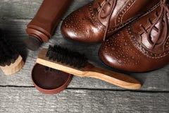 有波兰奶油和刷子的典雅的鞋子 免版税库存照片