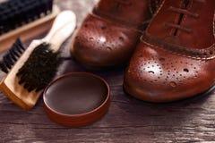 有波兰奶油和刷子的鞋子 库存照片