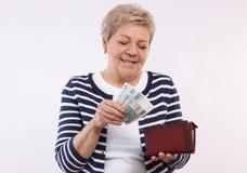 有波兰货币金钱的,金融证券的概念愉快的资深女性举行的钱包在晚年的 免版税库存照片