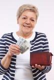 有波兰货币金钱的,金融证券的概念愉快的资深女性举行的钱包在晚年的 图库摄影