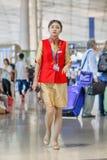 有波尔图电话的迷人的女主人在北京首都国际机场 库存照片