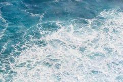 有波浪和泡沫的蓝色海 免版税库存图片