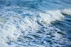 有波浪和泡沫的蓝色海 库存照片