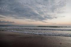 有波浪和灰色云彩的海洋 免版税库存图片